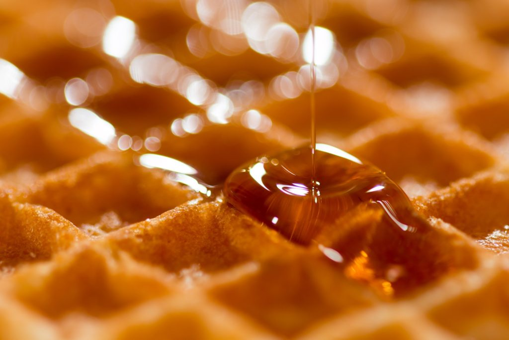 javorovy-sirup-na-waffle