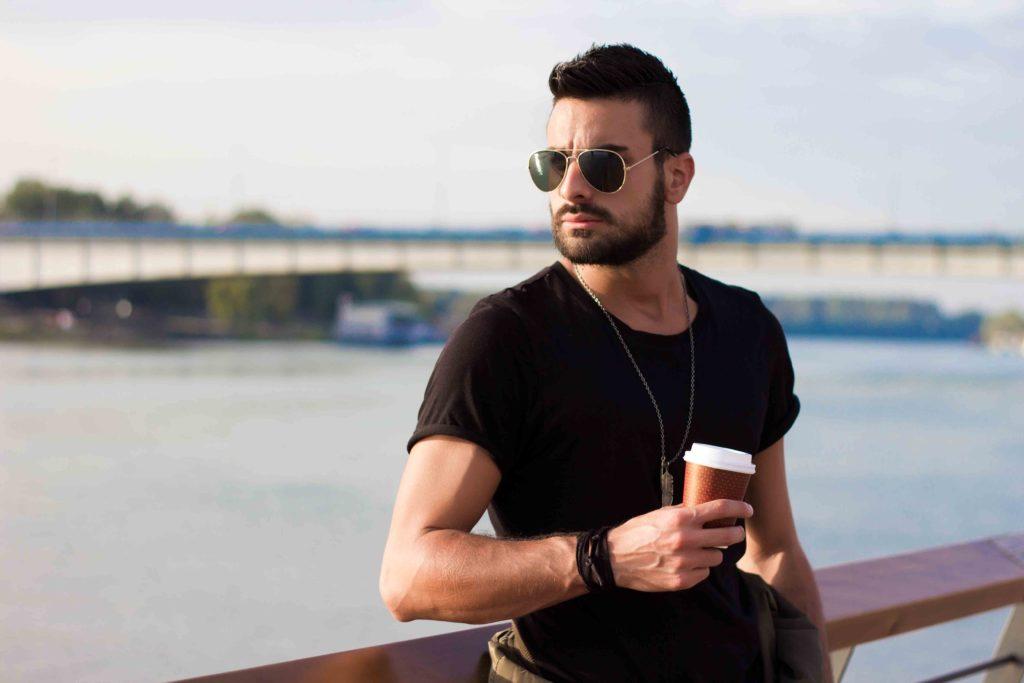 muž s kávou vyšší testosterón