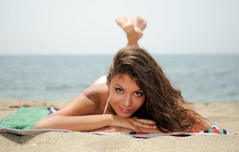 opaľovacie krémy mladá ženy na pláži