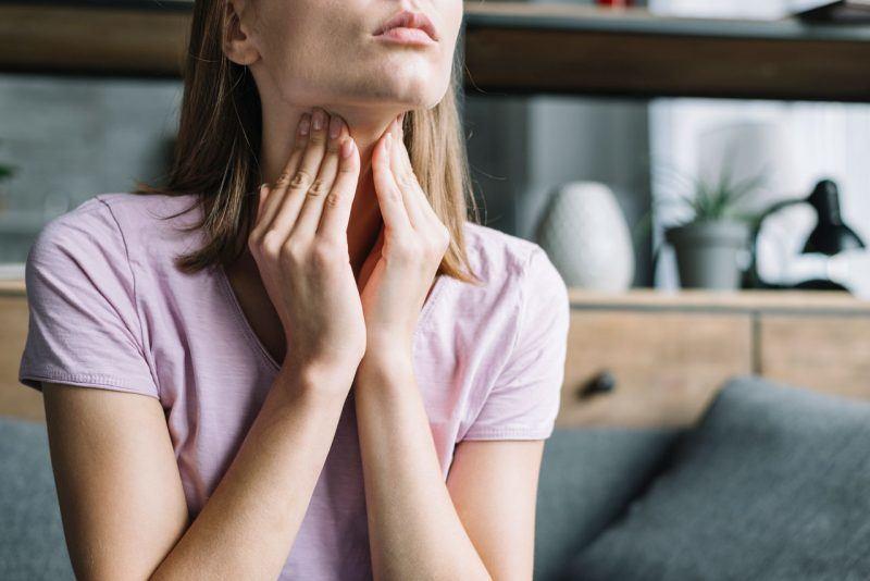 suchý kašeľ a bolesť hrdla